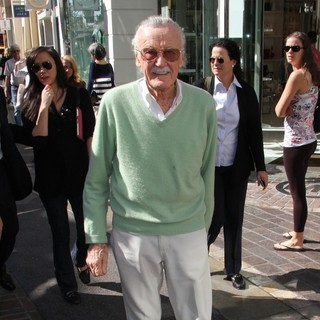 Stan Lee in Celebrities to Appear on Entertainment News Show Extra