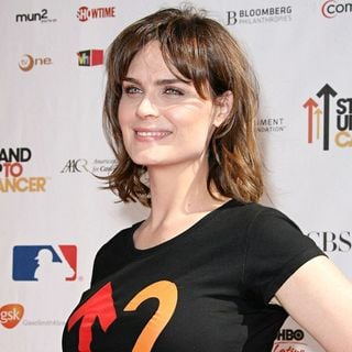 Emily Deschanel in 2010 Stand Up To Cancer - Arrivals
