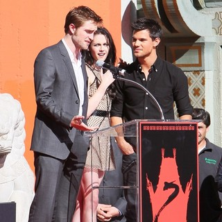 Robert Pattinson - Stars of The Twilight Saga Films Are Honoured with A Hand and Footprint Ceremony