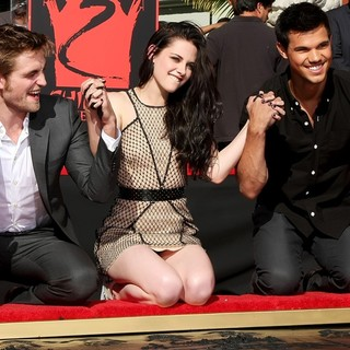 Robert Pattinson, Kristen Stewart, Taylor Lautner in Stars of The Twilight Saga Films Are Honoured with A Hand and Footprint Ceremony