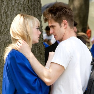 Emma Stone, Andrew Garfield in Kissing Scene on The Set of The Amazing Spider-Man 2
