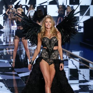 Taylor Swift, Doutzen Kroes in 2014 Victoria's Secret Fashion Show - Catwalk