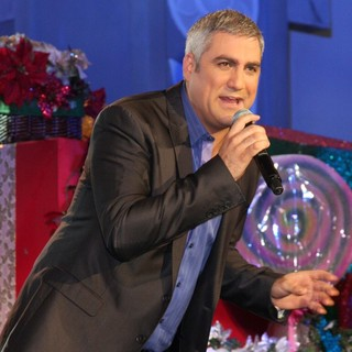 Taylor Hicks in Hollywood and Highland Tree Lighting Concert 2010