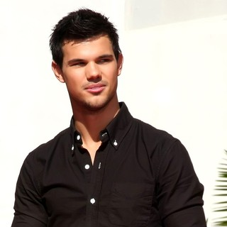 Taylor Lautner in Stars of The Twilight Saga Films Are Honoured with A Hand and Footprint Ceremony