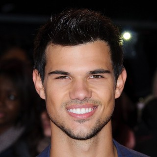 Taylor Lautner in The Premiere of The Twilight Saga's Breaking Dawn Part II - Arrivals