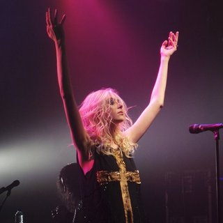 Taylor Momsen Performs with Her Band The Pretty Reckless - taylor-momsen-performs-20