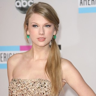 Taylor Swift in 2011 American Music Awards - Arrivals
