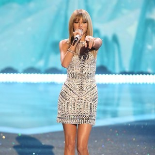 Taylor Swift - The 2013 Victoria's Secret Fashion Show