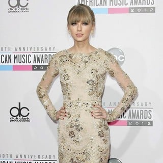 Taylor Swift in The 40th Anniversary American Music Awards - Arrivals