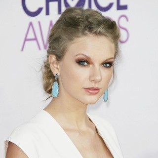 Taylor Swift in People's Choice Awards 2013 - Red Carpet Arrivals - taylor-swift-people-s-choice-awards-2013-01