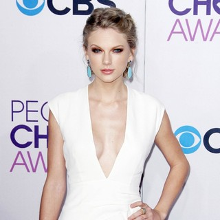 Taylor Swift in People's Choice Awards 2013 - Red Carpet Arrivals - taylor-swift-people-s-choice-awards-2013-02