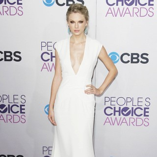 Taylor Swift in People's Choice Awards 2013 - Red Carpet Arrivals - taylor-swift-people-s-choice-awards-2013-03