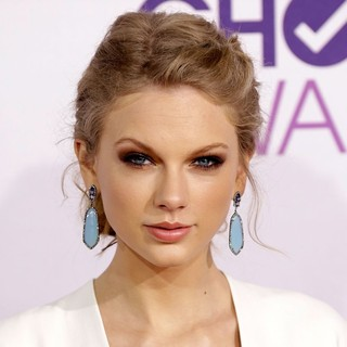 Taylor Swift in People's Choice Awards 2013 - Red Carpet Arrivals - taylor-swift-people-s-choice-awards-2013-04