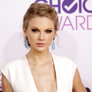 Taylor Swift in People's Choice Awards 2013 - Red Carpet Arrivals - taylor-swift-people-s-choice-awards-2013-05