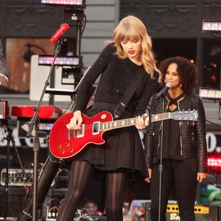 Taylor Swift in Taylor Swift Performs on ABC's Good Morning America