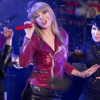 Taylor Swift in New Year's Eve 2013 in Times Square - taylor-swift-performs-new-years-eve-celebrations-02