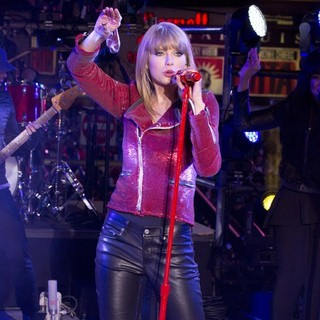Taylor Swift in New Year's Eve 2013 in Times Square - taylor-swift-performs-new-years-eve-celebrations-07