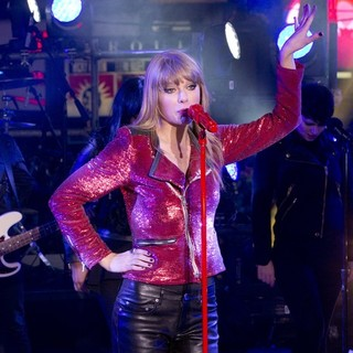 Taylor Swift in New Year's Eve 2013 in Times Square