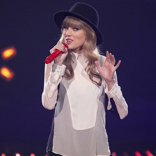 Taylor Swift Performs on FOX's The X Factor Season 2 Top 11 Elimination Show