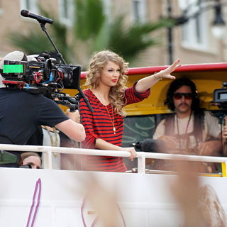 Taylor Swift - Taylor Swift Greets Fans and Promotes Her New Album 'Speak Now' Atop A Bus