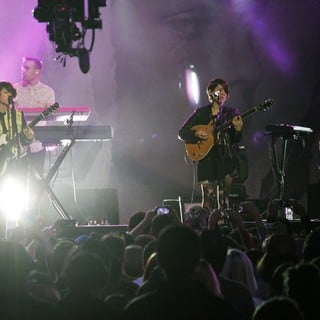Tegan and Sara Performing I Was a Fool at The Jimmy Kimmel Show - tegan-and-sara-performing-at-the-jimmy-kimmel-show-04