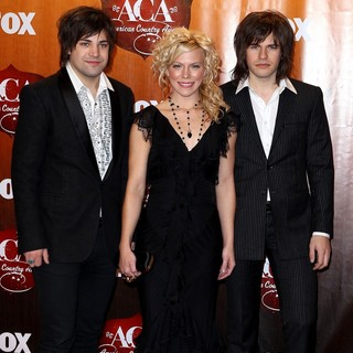 The Band Perry in 2011 American Country Awards - Press Room - the-band-perry-2011-american-country-awards-press-room-02