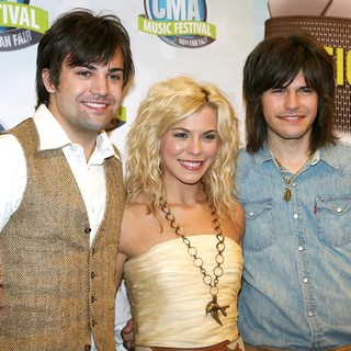 The Band Perry in CMA Music Festival Nightly Concerts - Press Conference - Day 4 - the-band-perry-cma-music-festival-nightly-concerts-day-4-01