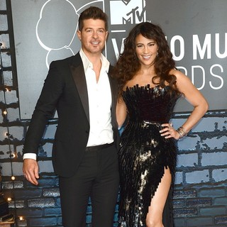 Robin Thicke, Paula Patton in 2013 MTV Video Music Awards - Arrivals