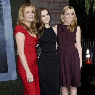 Lea Thompson, Zoey Deutch, Madelyn Deutch in Beautiful Creatures Los Angeles Premiere