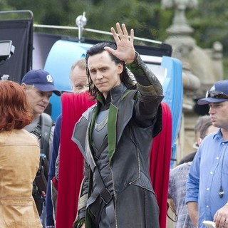 Tom Hiddleston in Actors on The Set of The Avengers Shooting on Location in Manhattan