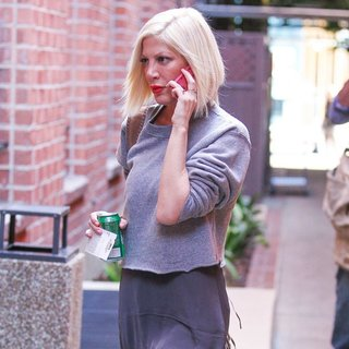 Tori Spelling - Tori Spelling at A Medical Building