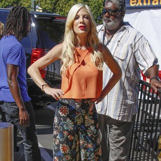 Tori Spelling Appears on Extra