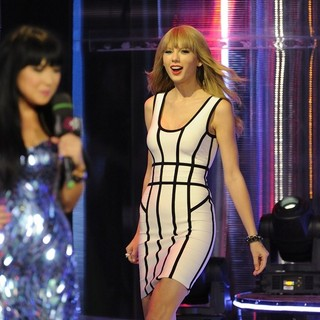 Lauren Toyota, Taylor Swift in 2013 MuchMusic Video Awards - Show