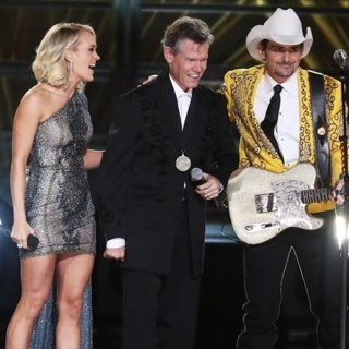 Carrie Underwood, Randy Travis, Brad Paisley, Reba McEntire in 50th Annual CMA Awards - Performances