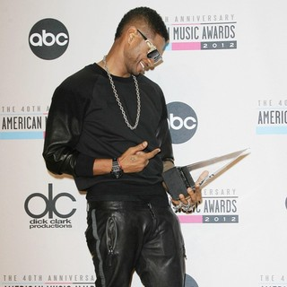 Usher in The 40th Anniversary American Music Awards - Press Room - usher-40th-anniversary-american-music-awards-press-room-03