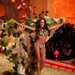 Selita Ebanks in 2010 Victoria Secret Fashion Show