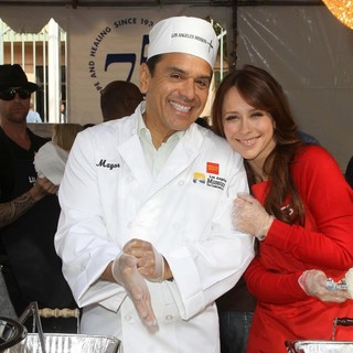 Antonio Villaraigosa, Jennifer Love Hewitt in 75th Anniversary of The Los Angeles Mission Serving Thanksgiving Dinner to The Homeless