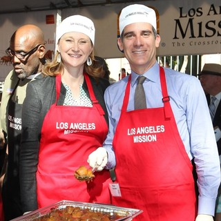 Amy Elaine Wakeland, Eric Garcetti in The LA Mission's Annual Thanksgiving for The Homeless