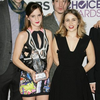 Emma Watson, Mae Whitman in People's Choice Awards 2013 - Press Room