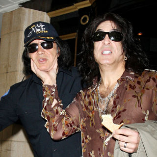Gene Simmons - Gene Simmons and Paul Stanley Check Out of The Dorchester Hotel Holding A Piece of Toast