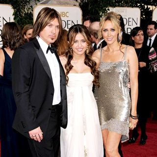 Billy Ray Cyrus, Miley Cyrus, Tish Cyrus in 66th Annual Golden Globe Awards - Red Carpet