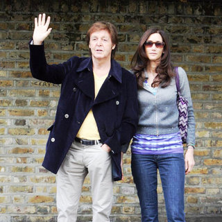 Paul McCartney - Paul McCartney and Nancy Shevell Pose for Some Photos Outside His House