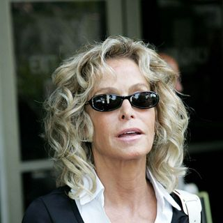 Farrah Fawcett in Farrah Fawcett sets a good example of citizenship by doing jury duty