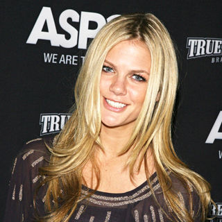 Brooklyn Decker in The Young Friends of The American Society for the Prevention of Cruelty To Animals (ASPCA)