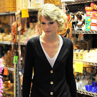 Taylor Swift - Taylor Swift Leaves Her Hotel to Go Shopping for The Day with Ffriends