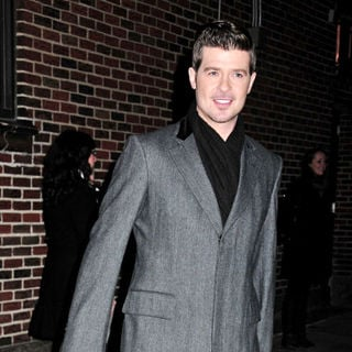 Robin Thicke in Robin Thicke outside the Ed Sullivan Theater for the 'Late Show With David Letterman'