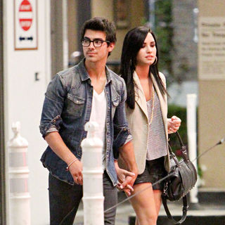 Demi Lovato - Joe Jonas and Demi Lovato Going for Dinner at The Cheesecake Factory at The Grove