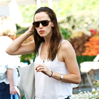Jennifer Garner Shopping at Brentwood Village Farmers Market - wenn2896285