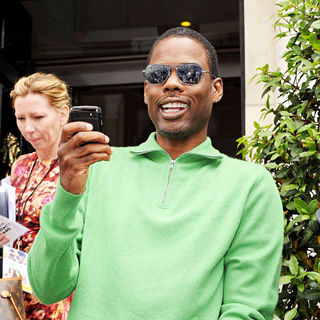 Chris Rock Filming The Paparazzi with His Mobile Phone