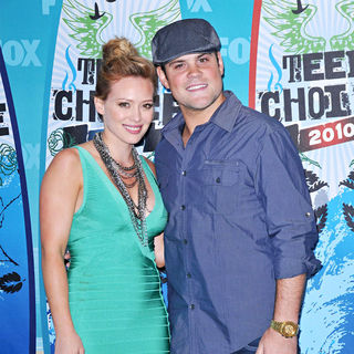 Hilary Duff, Mike Comrie in The 12th Annual Teen Choice Awards 2010